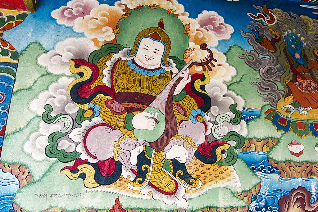 Один з чотирьох «небесних королів» з буддистського пантеону (зображення на ступі)
