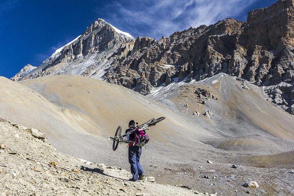 Австрійська дівчина-велотрекер на штурмі перевалу Торунг Ла Пасс (близько 5000 м)