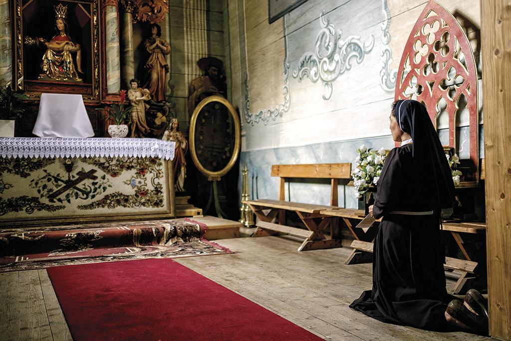 Монахиня з Перу в костелі Успіння Діви Марії, що в селі Хачув. Костел збудований 1459 року без жодного цвяха. Занесений до списку культурної спадщини Юнеско