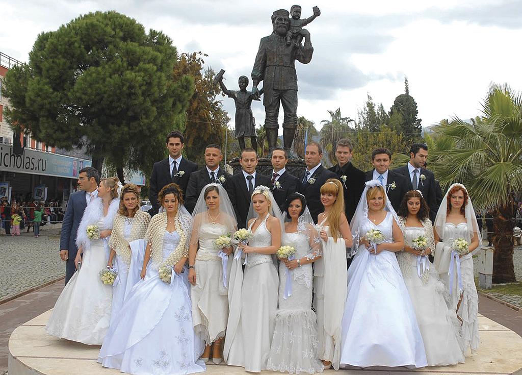 Весільні фото поруч із пам'ятником Миколаю в Мірі Лікійській