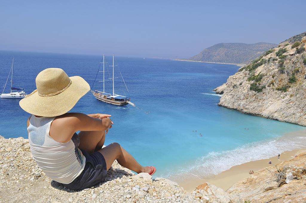 Пляж Капуташ розташований неподалік міста Каш, поблизу дороги Анталія – Фетхіє. Від Анталії до Капуташу близько 200 кілометрів, від Демре до Капуташу – 70 кілометрів Від дороги до пляжу ведуть сходи із 192 сходинок