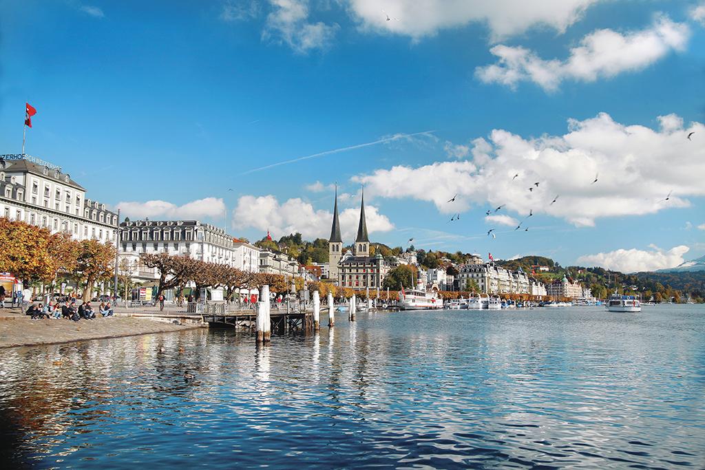 Das Luzerner Seebecken und der Schweizerhofquai The shores of Lake Lucerne and Schweizerhofquai