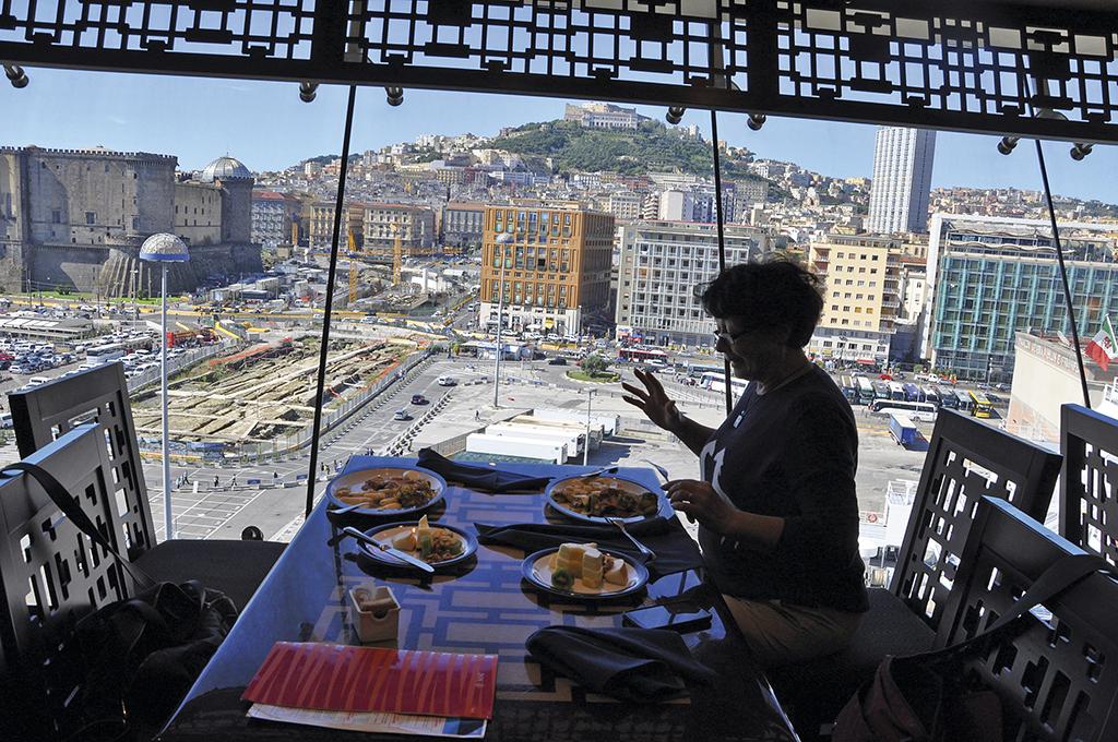 Сніданок з видом на Неаполь
