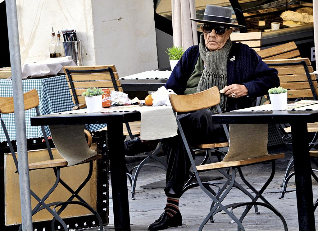 Цей старий у Севільї бачив, що я його фотографую. Але навіть вухом не повів – продовжував дивитися в камеру. Чомусь я думаю, що він – старий тореадор на пенсії