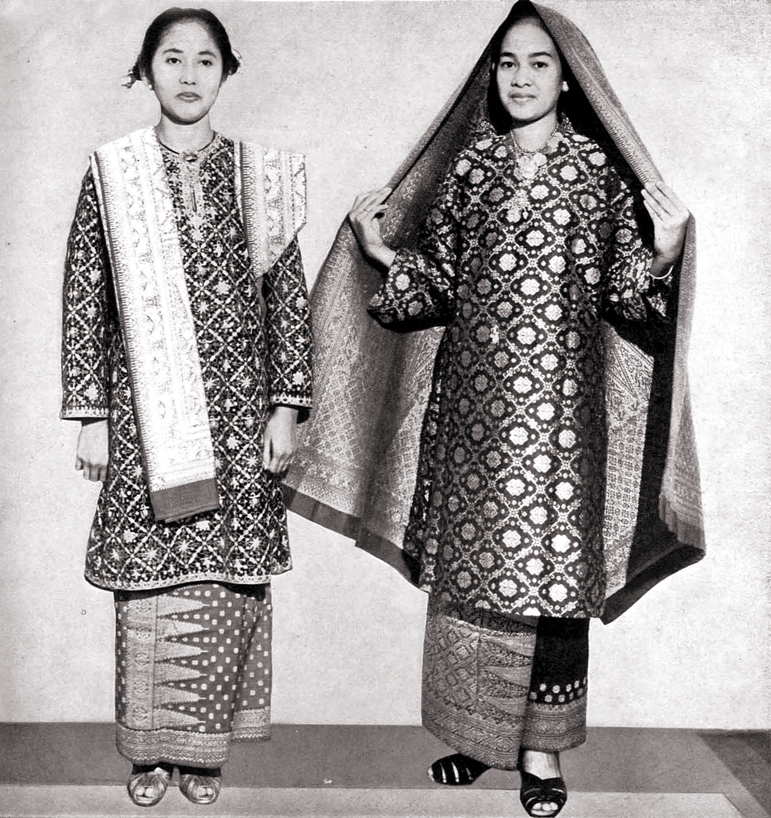 !! Women_from_Palembang_in_Ikat_weave,_Wanita_di_Indonesia_p29_(Ministry_of_Information)