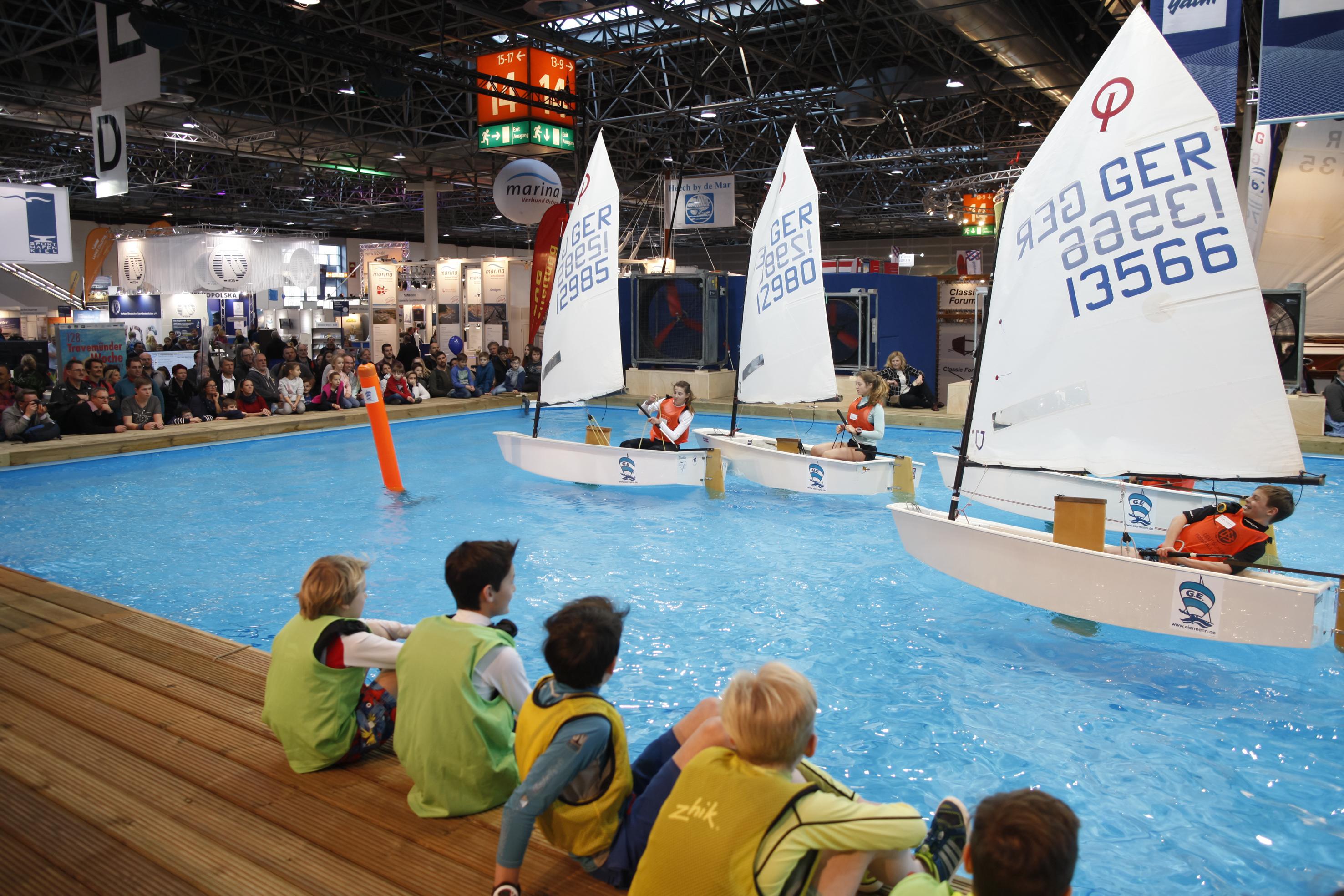 """Zur boot 2017 werden sich mehr als 1.800 Aussteller aus 70 Ländern auf 220.000 Quadratmetern präsentieren. Alle 17 Messehallen sind belegt und bieten ein komplettes Abbild des Weltmarktes für den Wassersport. Michelidakis: """"Die ausstellenden Unternehmen richten ihre Messebudgets speziell auf Düsseldorf aus, um sich bei uns in voller Pracht präsentieren zu können. Die boot ist die weltweit größte Boots-Präsentation: Rund 1.800 Boote werden hier in Düsseldorf zu sehen sein."""" Deutlich mehr als die Hälfte der Aussteller kommen inzwischen aus dem europäischen Ausland und aus Übersee. Führend sind dabei die großen Wassersportnationen Niederlande, Italien, Frankreich und Großbritannien. E-Tickets für die boot Düsseldorf können zum günstigen Online-Preis von 17,00 Euro für die Tageskarte sowie 25,00 Euro für das Zwei-Tagesticket geordert werden. Wer es noch günstiger haben möchte (14,00 Euro Tageskarte und 23,00 Euro Zweitageskarte) und dazu noch einen Mehrwert an Informationen, den Zutritt zur boot.club-Lounge mit freiem WLAN auf der boot 2017 sowie spezielle Angebote und Gewinnspiele nutzen möchte, der muss sich einfach auf boot.club.de anmelden und kann direkt von diesen Vorteilen profitieren."""