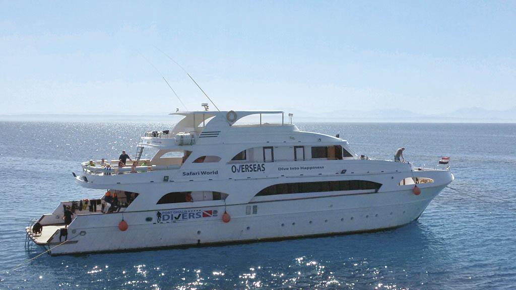 На такому кораблику з каютами для гостей можна відпочивати і пірнати в Червоному морі кілька днів