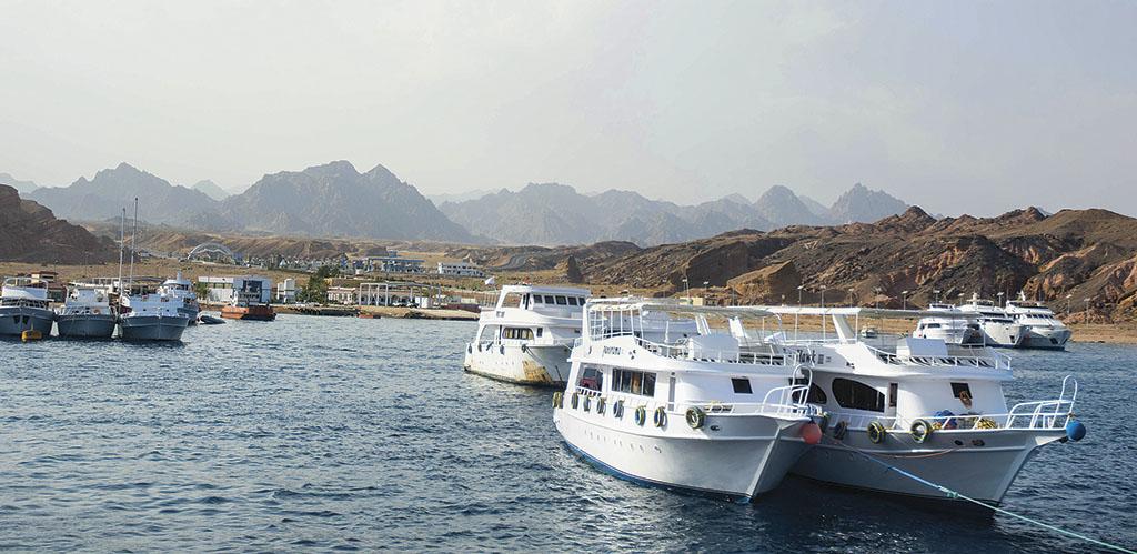 Екскурсійні кораблі щодня вивозять туристів на дайвінг і сноркелінг. Тури краще купувати у туроператора TEZ TOUR. Це гарантія якості і безпеки