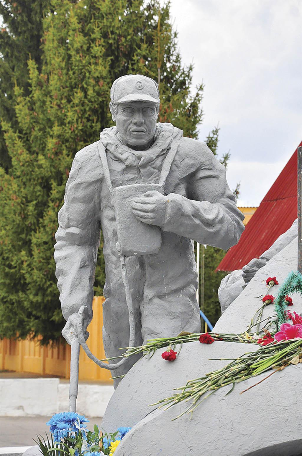 Фрагмент пам'ятника ліквідаторам аварії на ЧАЕС у місті Чорнобилі