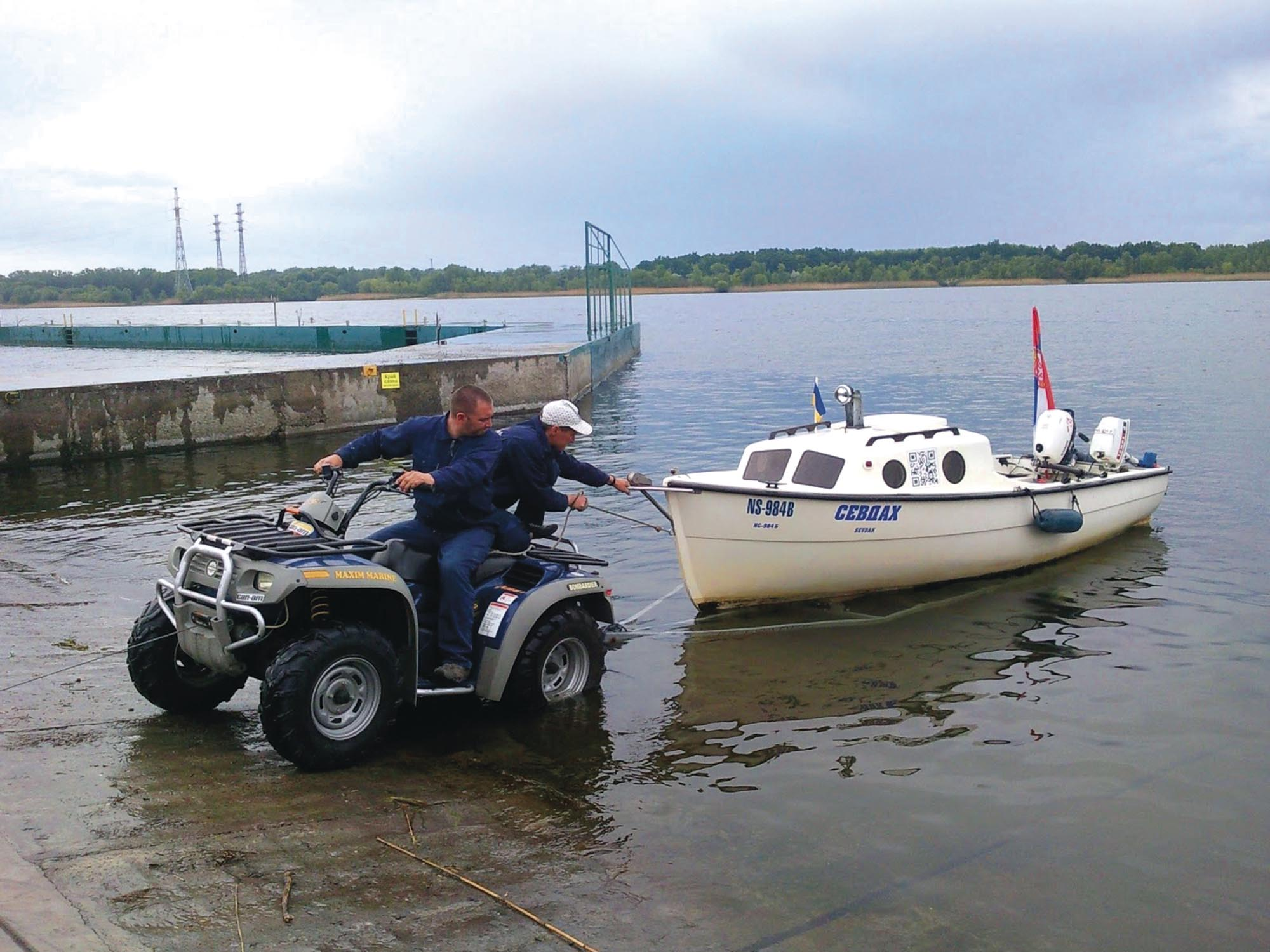 «Севдах» витягають на берег. Яхт-клуб Maxim marine