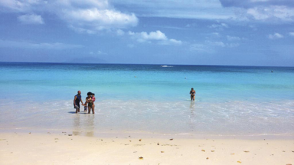 Бо Валлон «Цивілізований» пляж, тут розташовані кілька дуже дорогих готелів, кілька скромних і один – з найкращим поєднанням ціна-якість, у якому ми й оселилися на 5 днів наприкінці нашого перебування на Сейшелах. Готель зветься Coral Strand Smart Choice. На Бо Валлоні завжди є хвилі – більші чи менші, дуже чиста вода, тут завжди є відпочивальники.