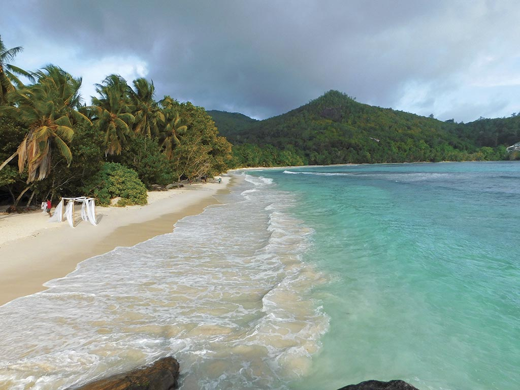 Анс Інтенданс Дикий, довгий білий пляж з пальмами і манграми. На піску лежать гігантські камені, які, мабуть, були свідками вивержень вулканів і формування островів у давні часи. Десь далеко, аж в кінці, є лише один (зате дорогий) готель The Benyan Tree