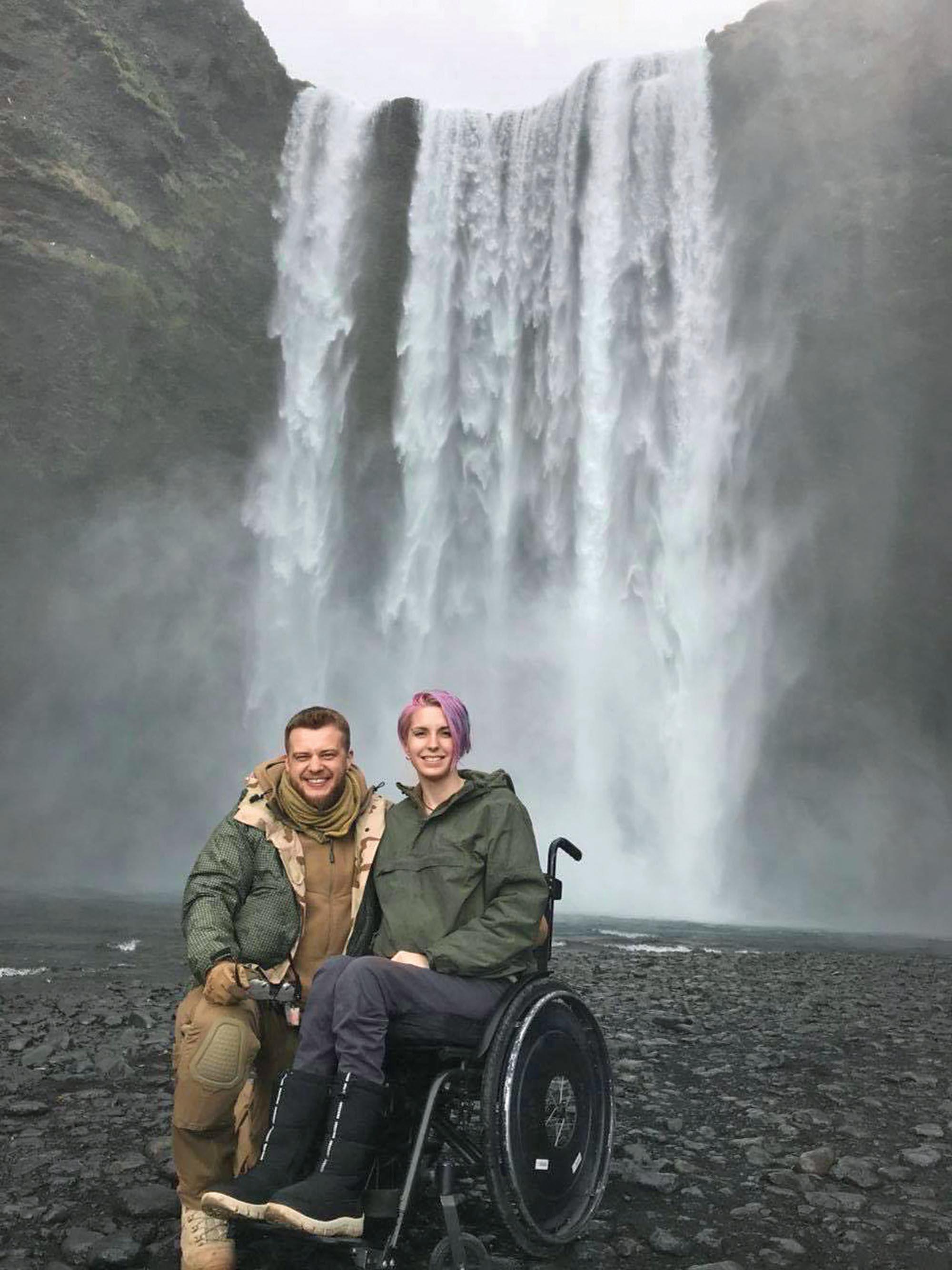 Яна Зінкевич із ветераном Іллею Сапожком на тлі водоспаду Скогафос. Його висота 61 метр. Фото надане Яною Зінкевич