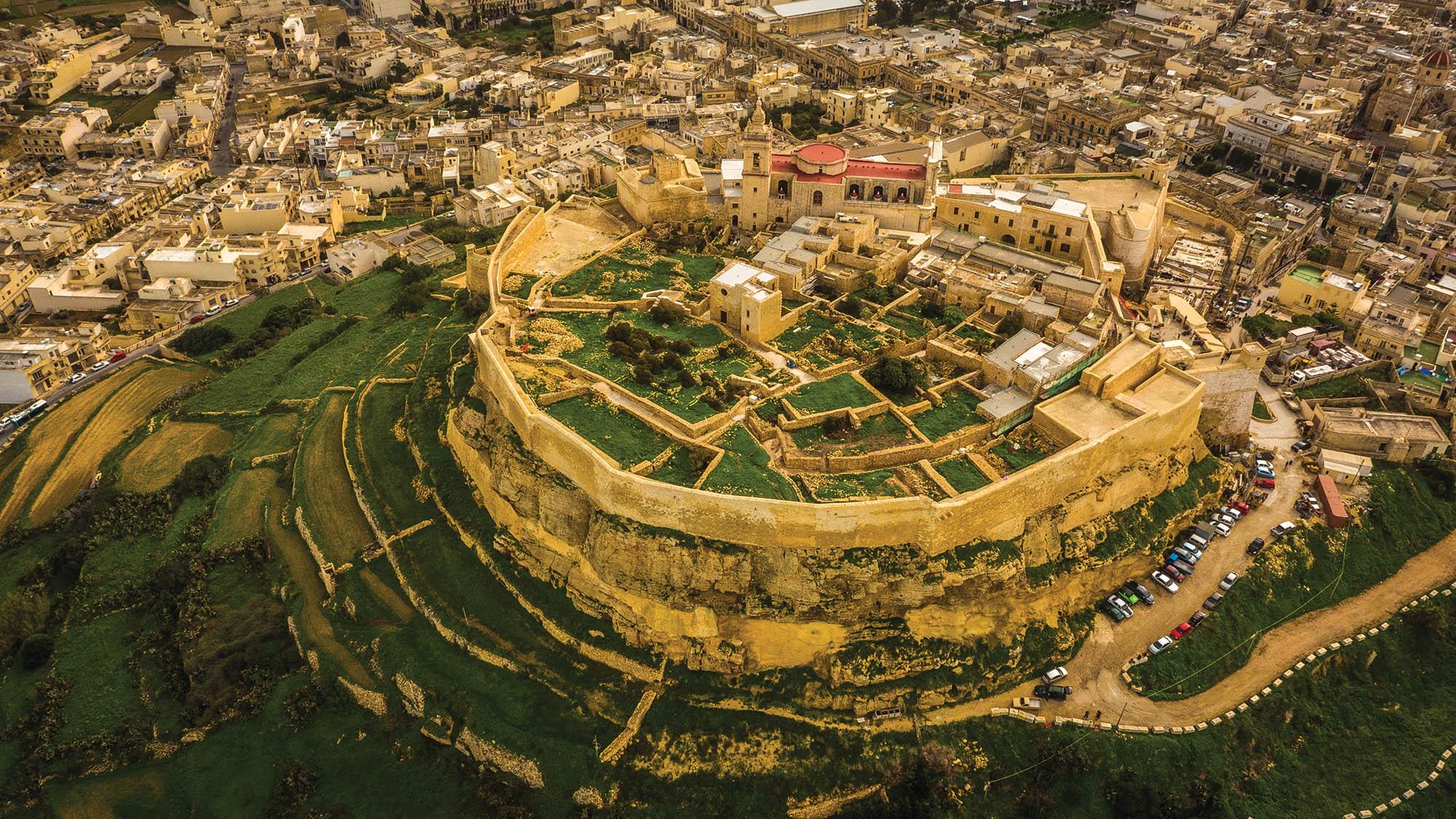 Цитадель на острові Гозо була центром життя на Гозо ще з часів неоліту. Та такою, як ми її бачимо сьогодні, вона стала півтори тисячі років тому, за часів фінікійців а потім і римлян. Зараз на території Цитаделі музеї, залишки будівель, центральна площа, розкішний Кафедральний собор, приміщення суду
