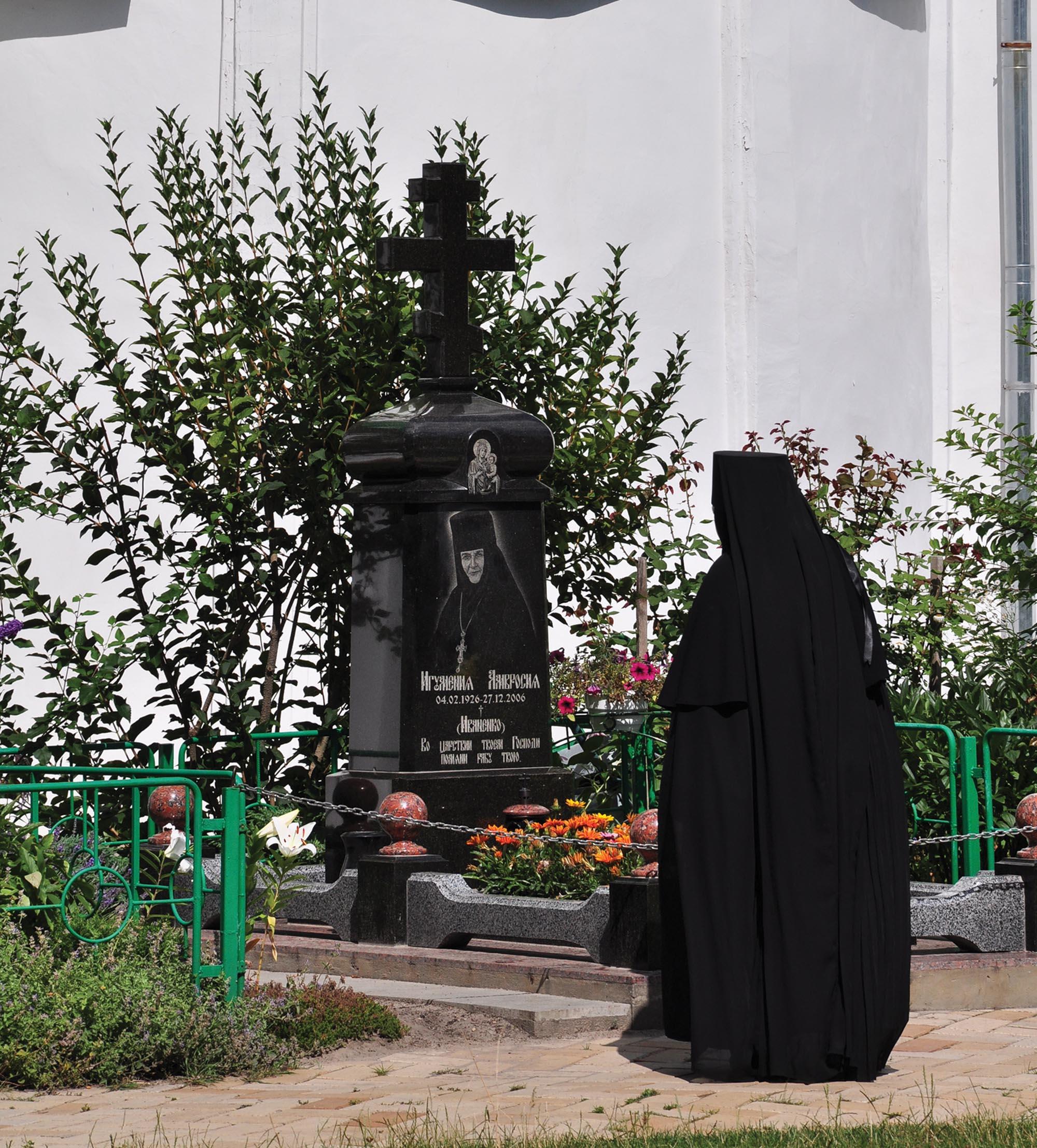 «Дзеркало». Служниця на могилі ігуменії Амвросії на території Єлецького монастиря