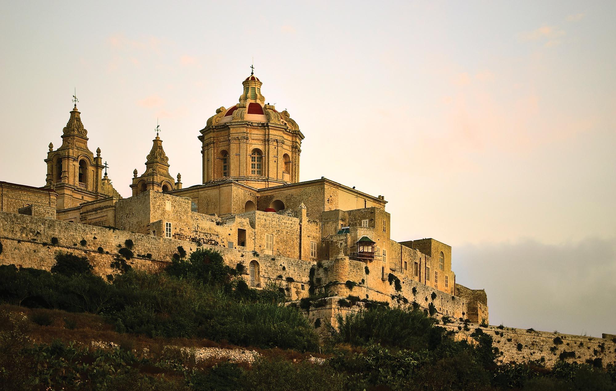 Мдіна. Місто-фортеця Мдіна – «мовчазне місто»-фортеця. Старовинна столиця Мальти має 4-х тисячну історію. Тут колись жив апостол Павло після кораблетрощі на шляху до Європи. У місті 300 жителів, з яких майже всі нащадки благородних лицарів. Варто відвідати катакомби Св. Павла, де хоронили померлих.