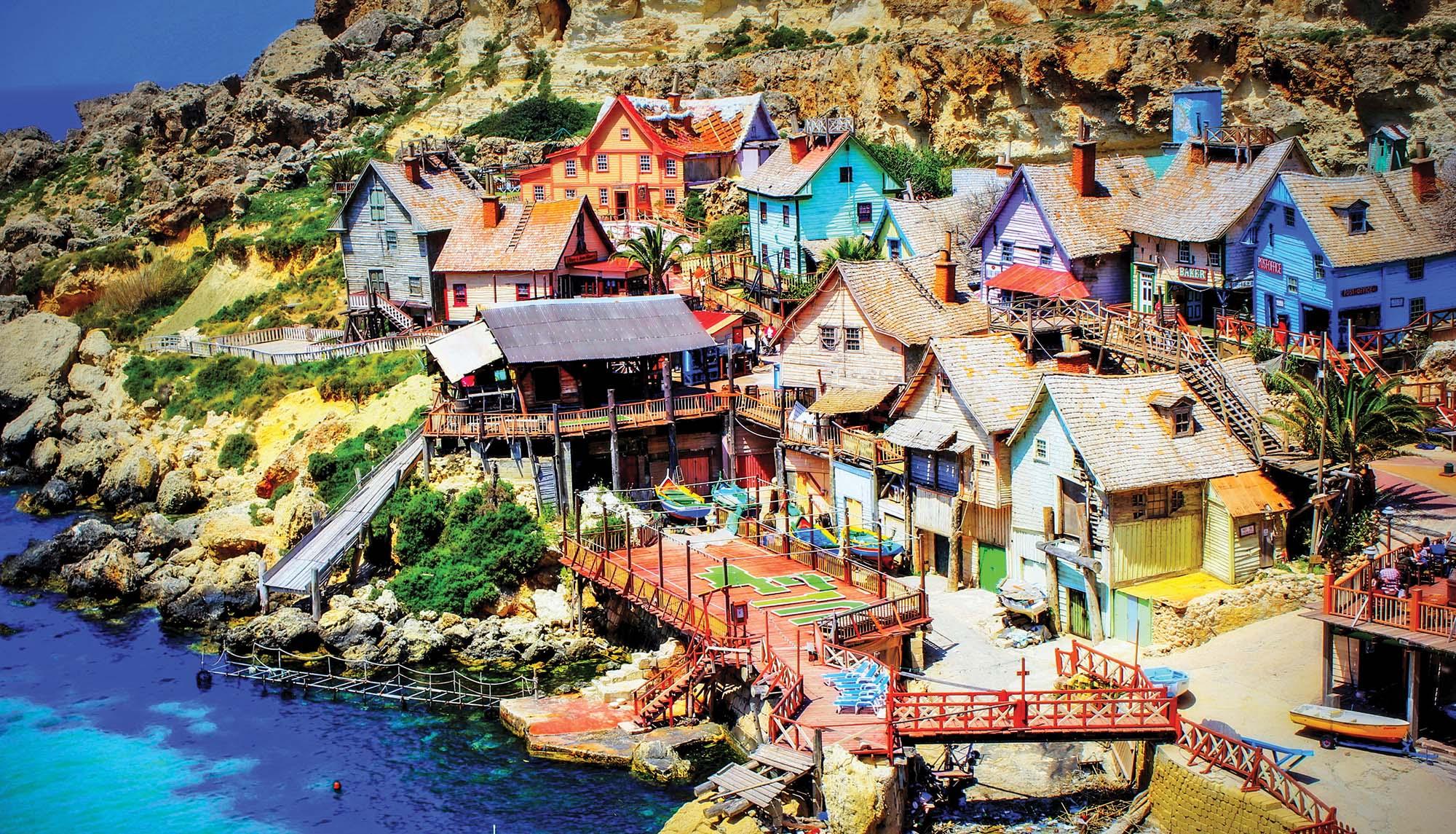 Popeye Village Селище моряка Папая, де знімали відомий мюзикл і мультфільм – ідеальне місце для сімей з дітьми. Збудоване 35 років тому на березі мальовничої бухти з пляжем, селище і реквізити зараз виглядають казково!