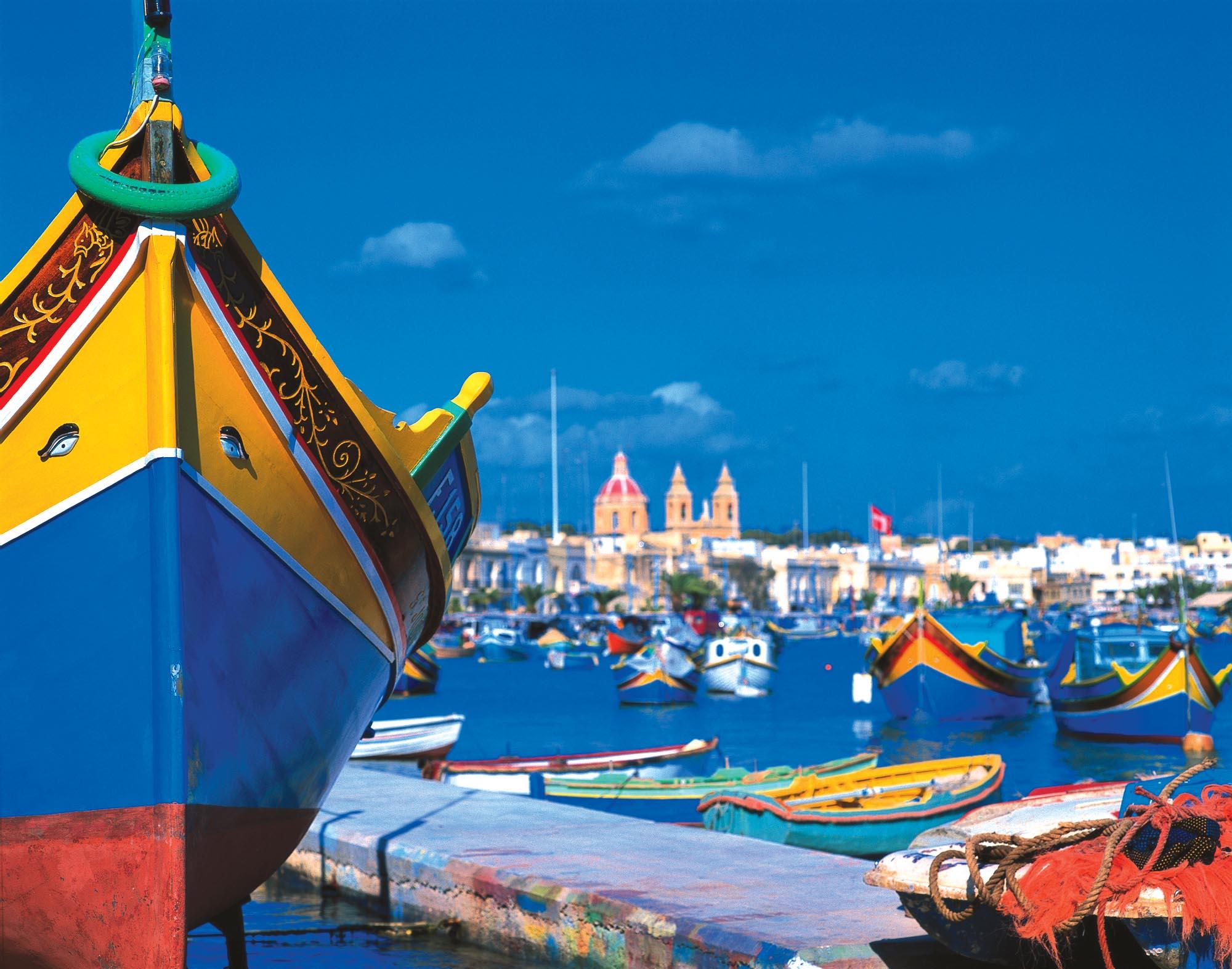 У порту пришвартовані культові жовто-блакитні рибальські човни Luzzu з традиційними очима Осіріса проти сирен та іншої морської нечисті. Захист дуже дієвий оскільки ще жоден човен з такими очима сирени не потопили