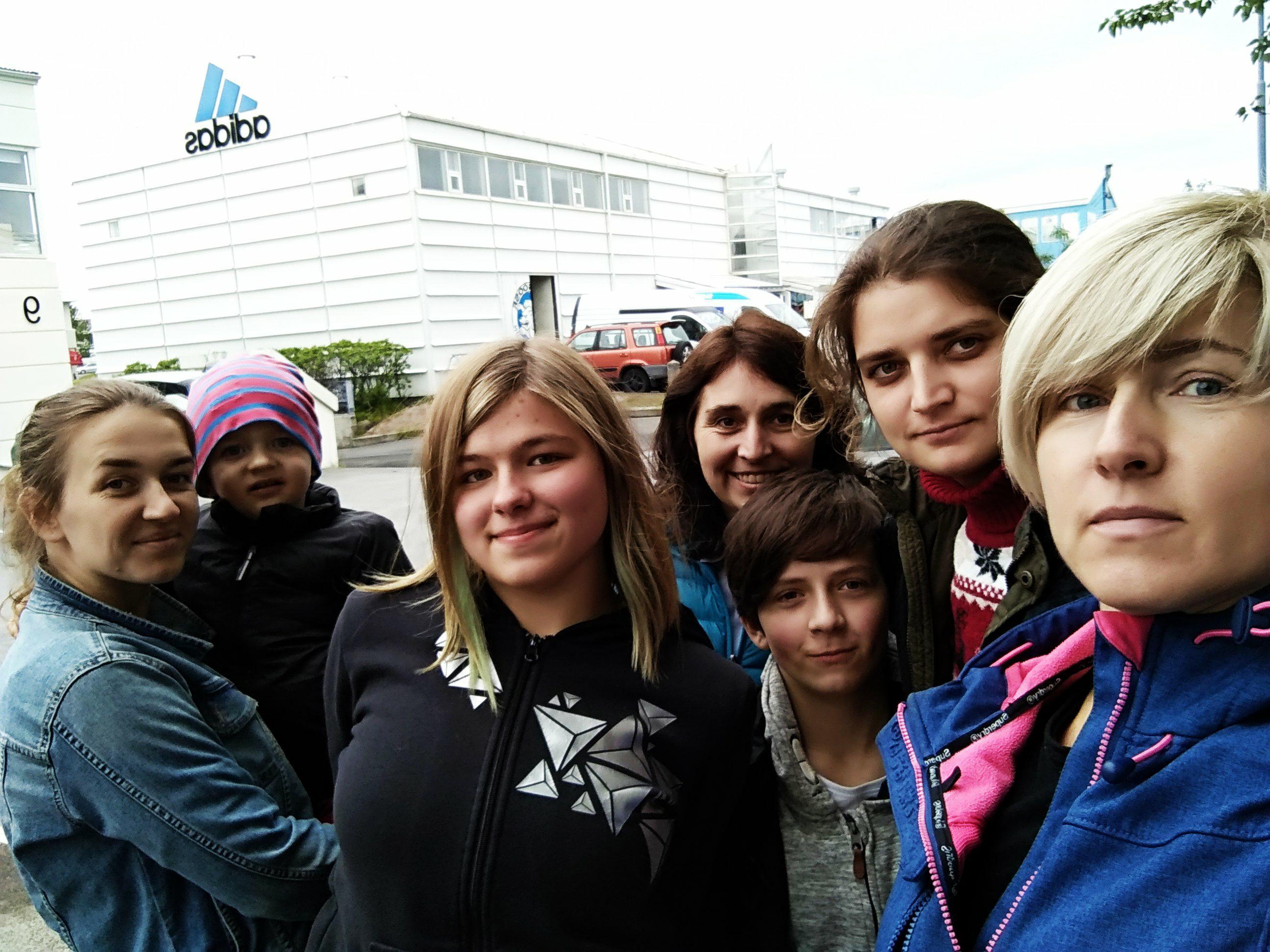 Наша команда в Ісландії. Ми потрапили на острів завдяки родині українців, що мешкають в Ісландії – Михайлу Мельнику та Любомирі Петрук! Вони приймають ветеранок на відпочинок та реабілітацію у рамках нашого проекту «Мандри ветеранок». Запросили і нас, як організаторів проекту