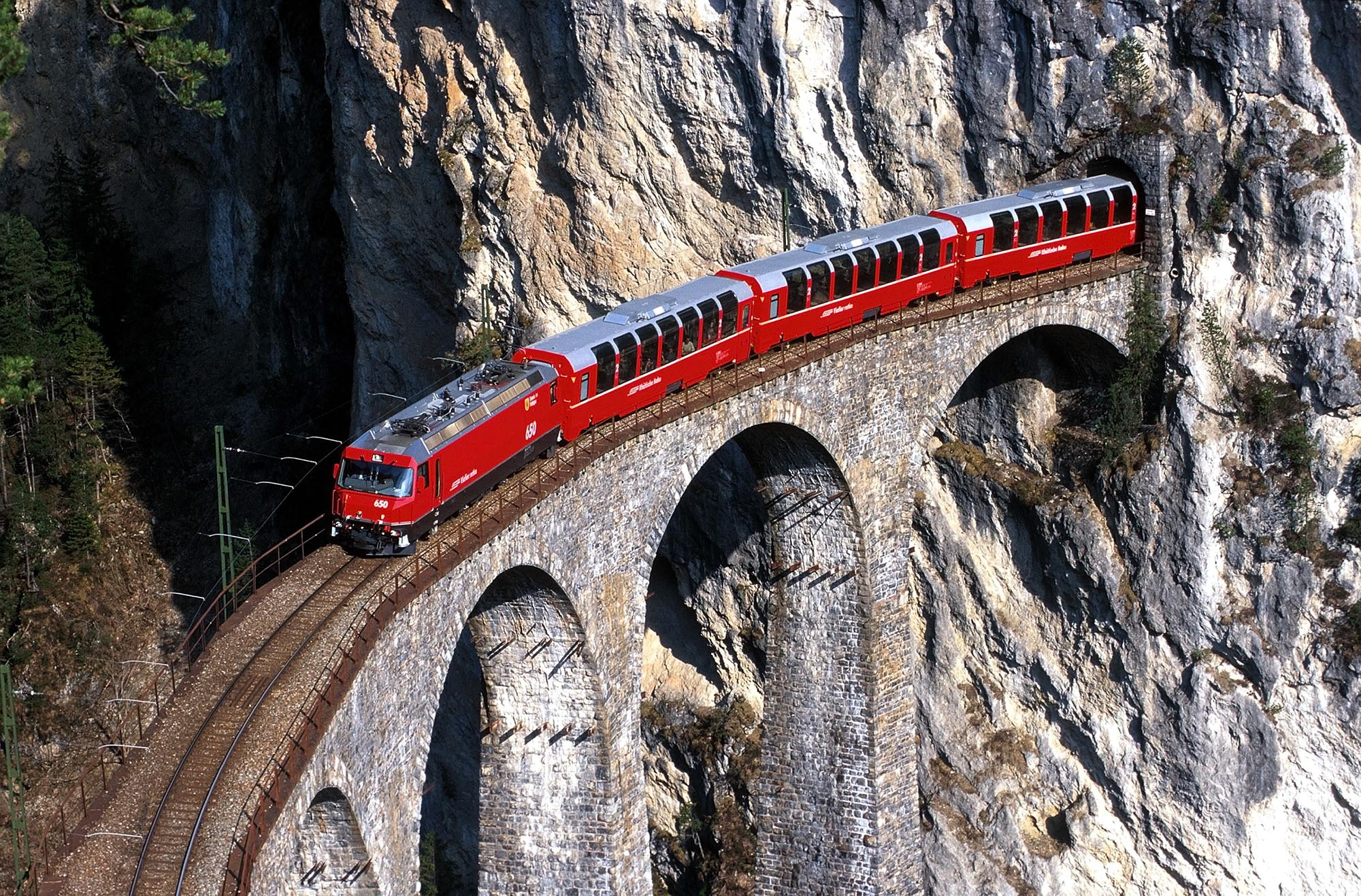 Bernina Express - Der Bernina Express ueberquert den weltbekannten Landwasserviadukt. Eine Fahrt von den Gletschern zu den Palmen. Bernina Express - The Bernina Express crosses the world-famous Landwasser Viaduct. Bernina Express - Il Bernina Express attraversa il celebre viadotto di Landwasser. Un viaggio dai ghiacciai alle palme. Copyright by Rhaetische Bahn By-line: swiss-image.ch/Peter Donatsch