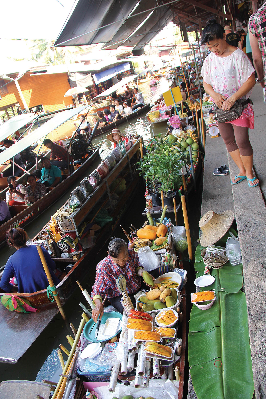 На базарі продають усілякий крам прямо з човнів