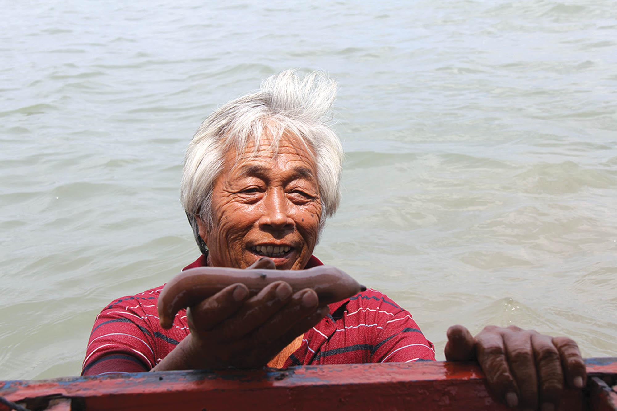 Рибалка демонструє морського огірка
