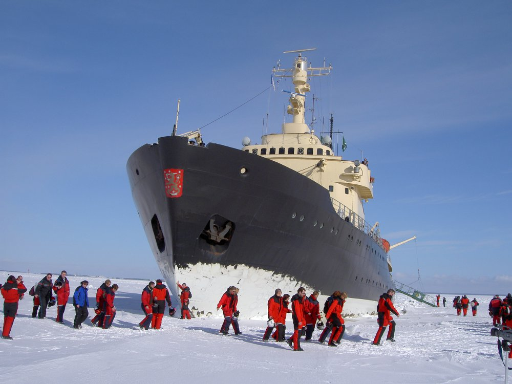kemi_icebreaker_sampo_perople_on_ice_finland_1175