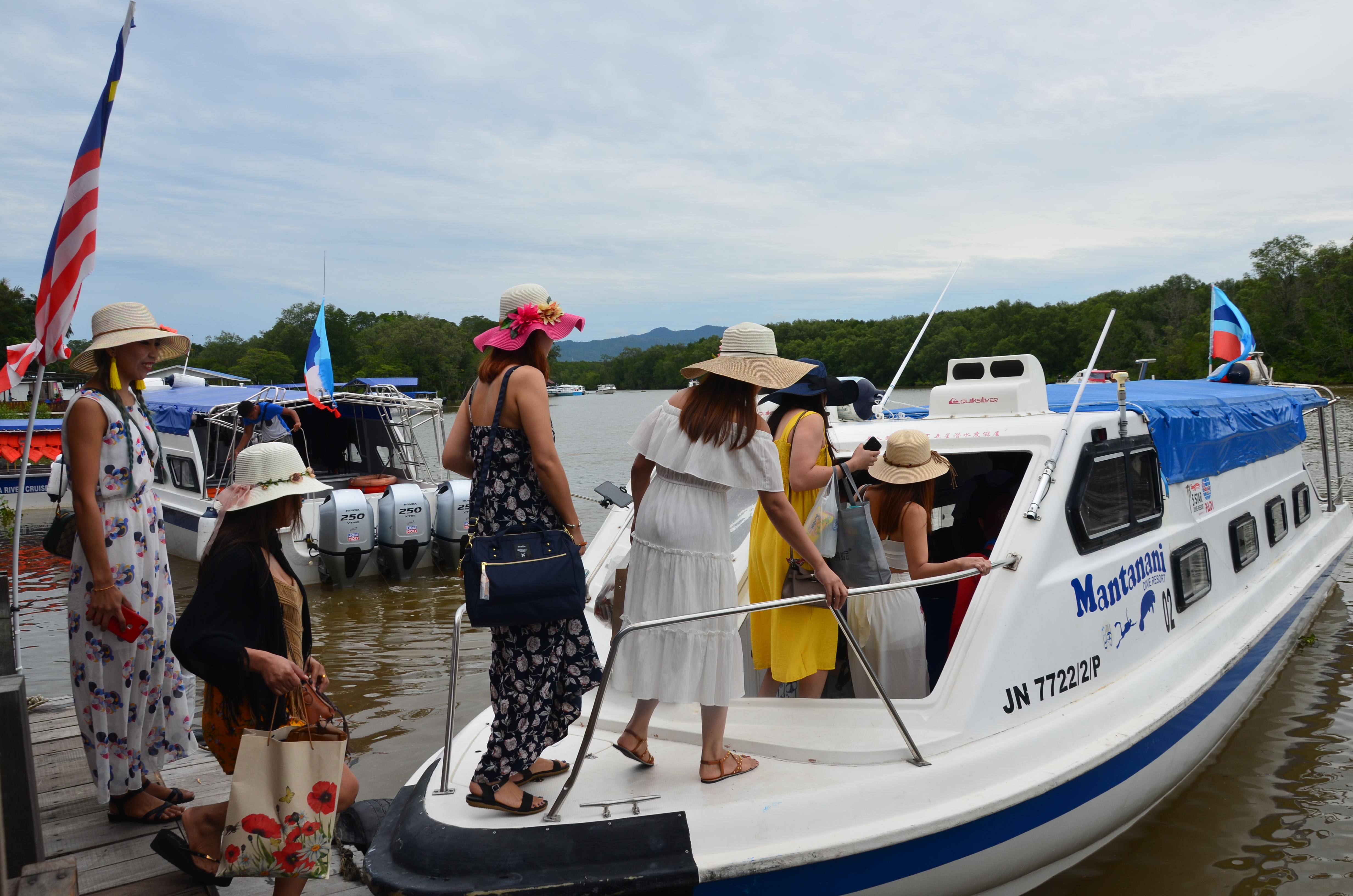 Китайські туристи піднімаються на яхту для прогулянки океаном та снорклінгу
